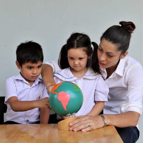 Ecole_Francaise_de_Battambang_Classe_Montessori_Enfants_Educateur_2-1024x1024